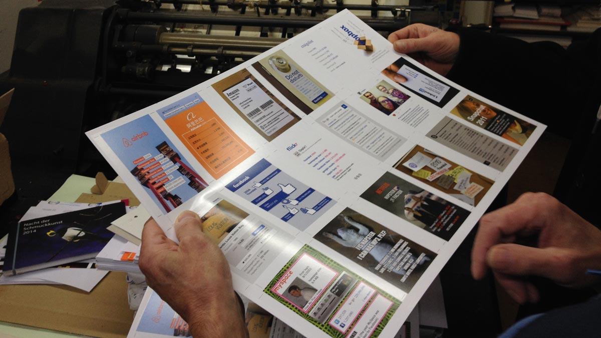 MJOM Cards Web Trumps – Beim Andruck der der Spielkarten in der Druckerei Adam Wien