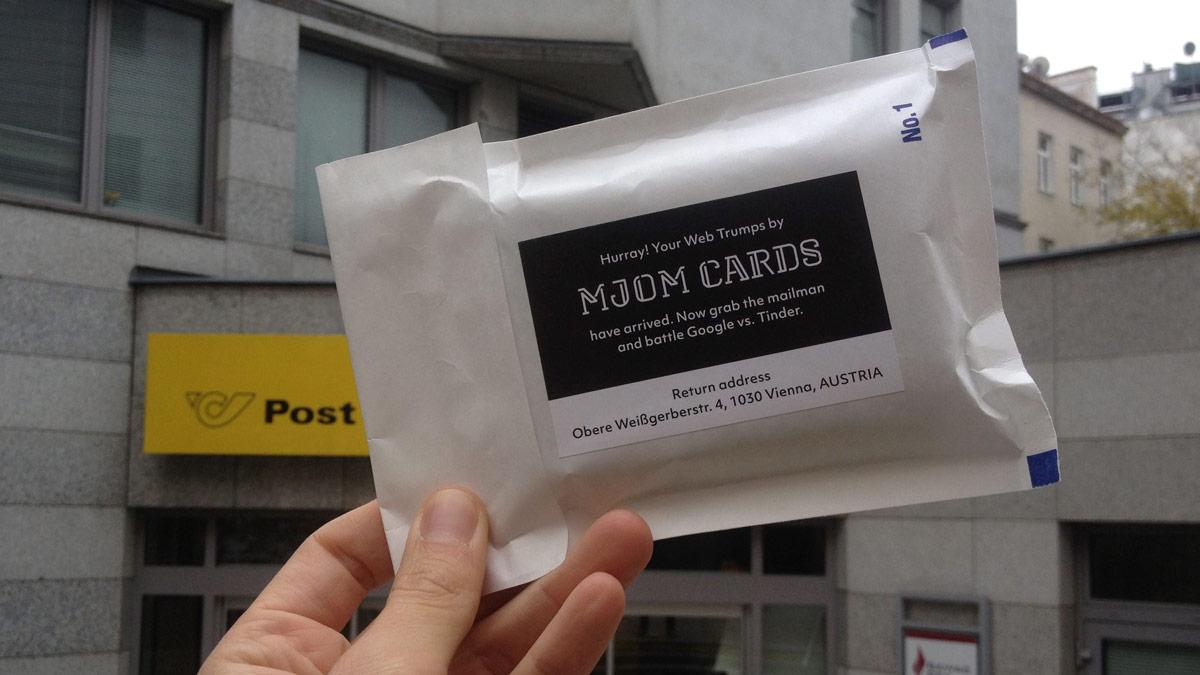 "MJOM Cards Web Trumps Versandverpackung mit dem Aufkleber: ""Hurray! You're Web Trumps by MJOM Cards have arrived. Now grab the mailman and battle Google vs. Tinder."""